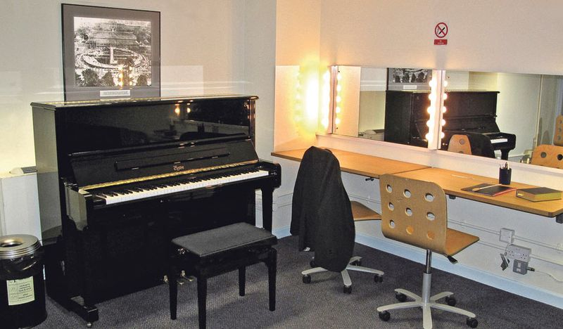 Dressing-room-at-the-Prom-005