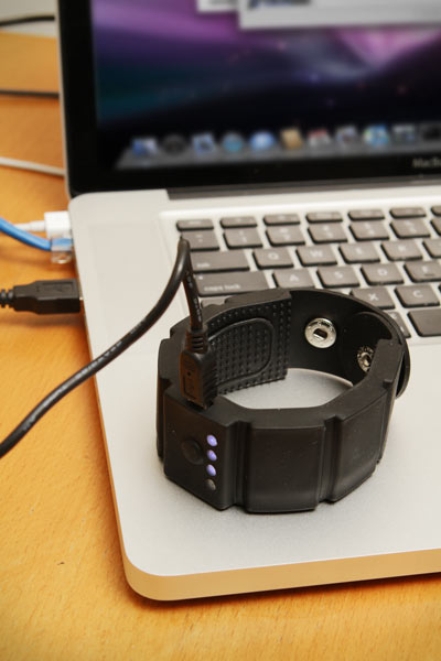 Ceca_wrist_charger_ondesk
