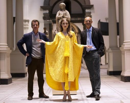 Эскизы платья из золотой ткани