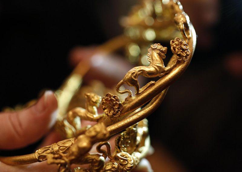 2012-11-11T162231Z_1722720108_GM1E8BC00UK01_RTRMADP_3_BULGARIA-ANCIENT-GOLD