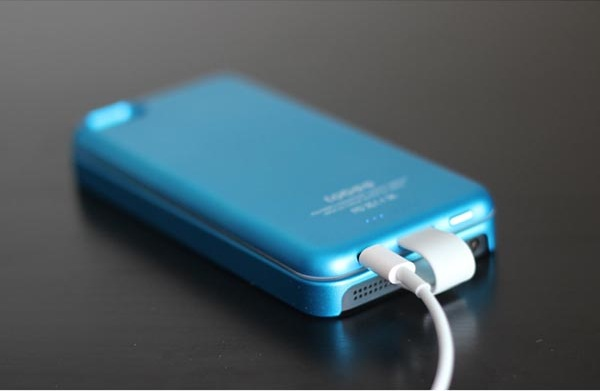 Allputer_magnetic_attaching_iphone_5_battery_7